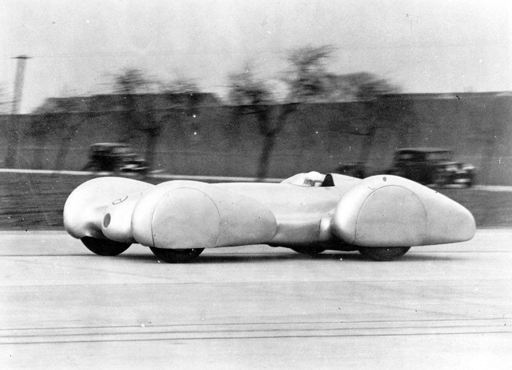 Record run on the Dessau' Bitterfeld motorway, February 9, 1939: Rudolf Caracciola in the Mercedes-Benz W 154 with twelve-cylinder engine (version for standing-start attempts).